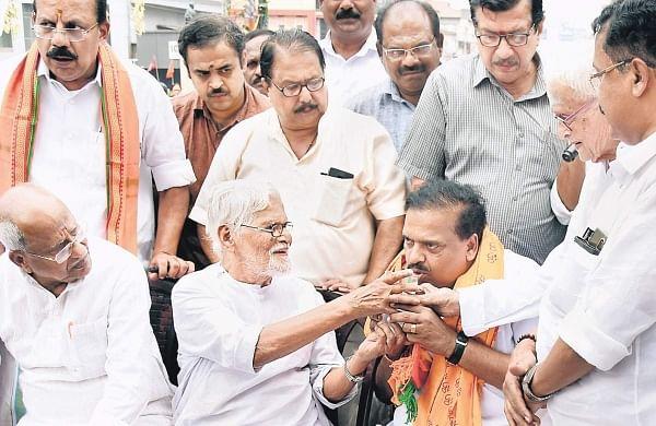 Gandhian P Gopinadhan Nair giving lemon juice to BJP leader P K Krishnadas. (Photo   EPS)