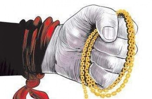 Woman drug inspector held for taking gold necklace as bribe