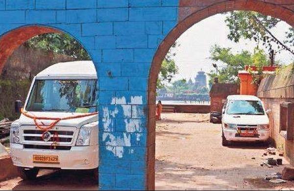 Vehicles illegally parked on Bindusagar premises in Bhubaneswar on Saturday. (Photo | Irfana)