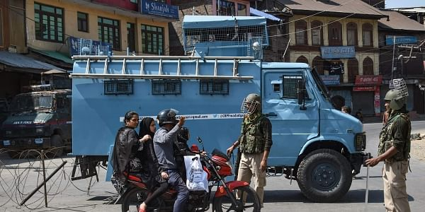 Security personnel divert traffic during restrictions in Srinagar (File photo| PTI)
