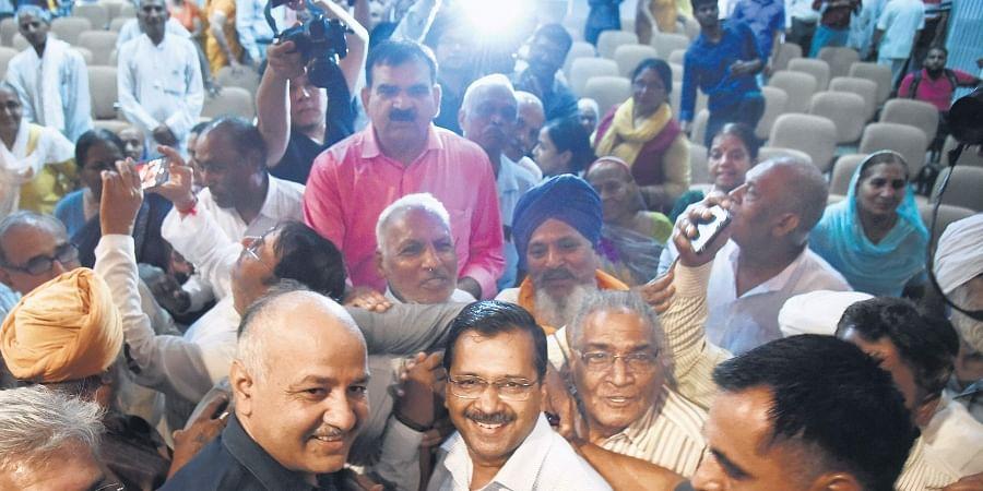 Chief Minister Arvind Kejriwal and Deputy CM Manish Sisodia with senior citizens who availed of the Mukhyamantri Tirth Yatra Yojana