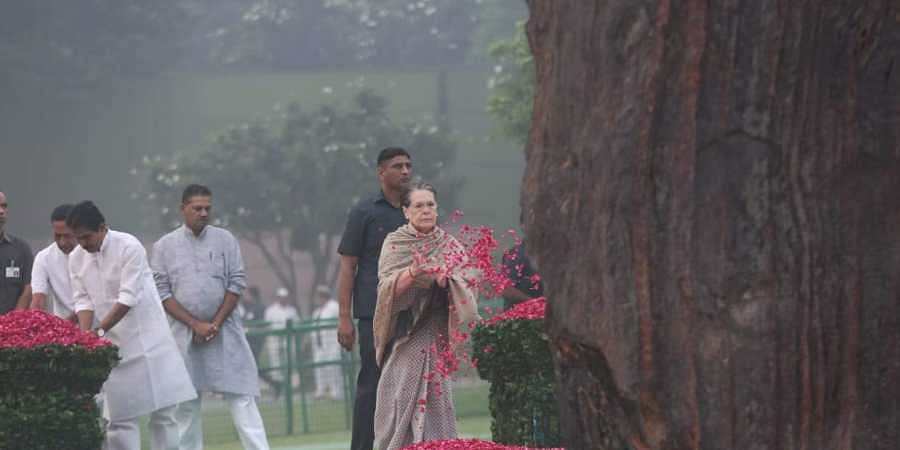 Sonia, Manmohan Singh pay tribute to Indira Gandhi on her 35th death anniversary