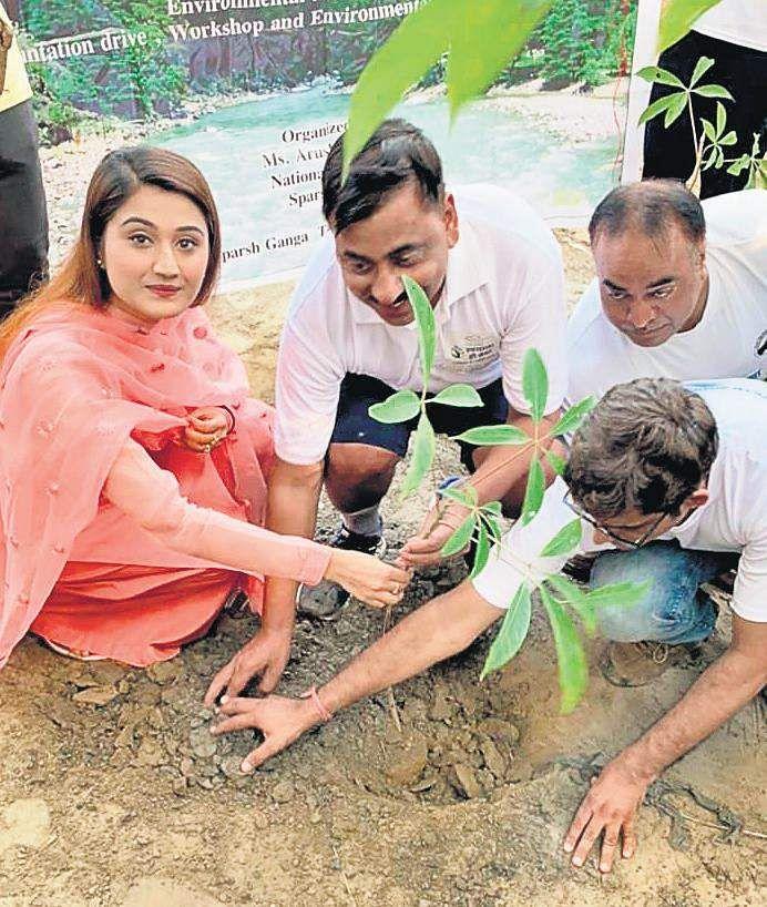 Aarushi Nishank planting a sapling at Yamuneshwar Ghat in Delhi on October 2
