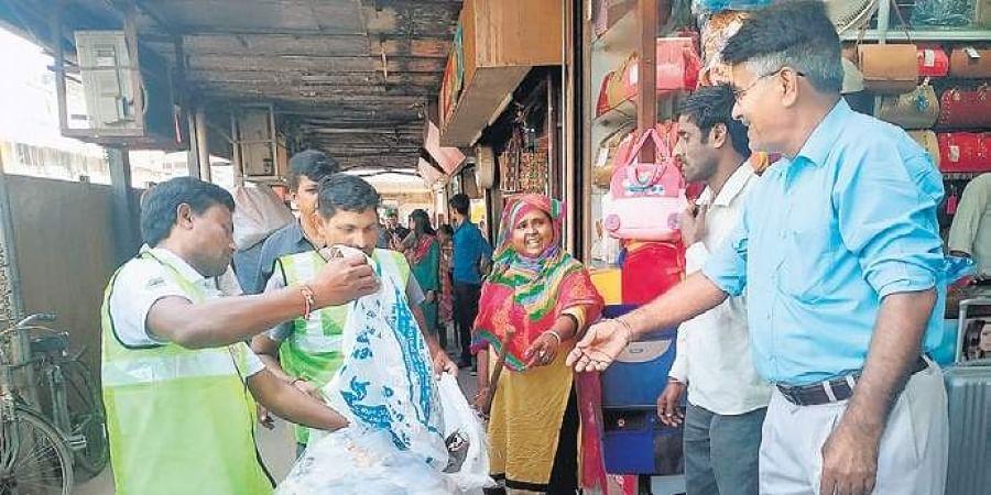 The waste segregation has begun from Gurdwara Sis Ganj Sahib to the Moti Bazar area in Chandni Chowk on trial basis