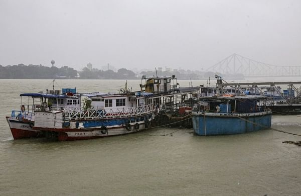 Hundreds of thousands evacuated as Cyclone Bulbul hits Bangladesh