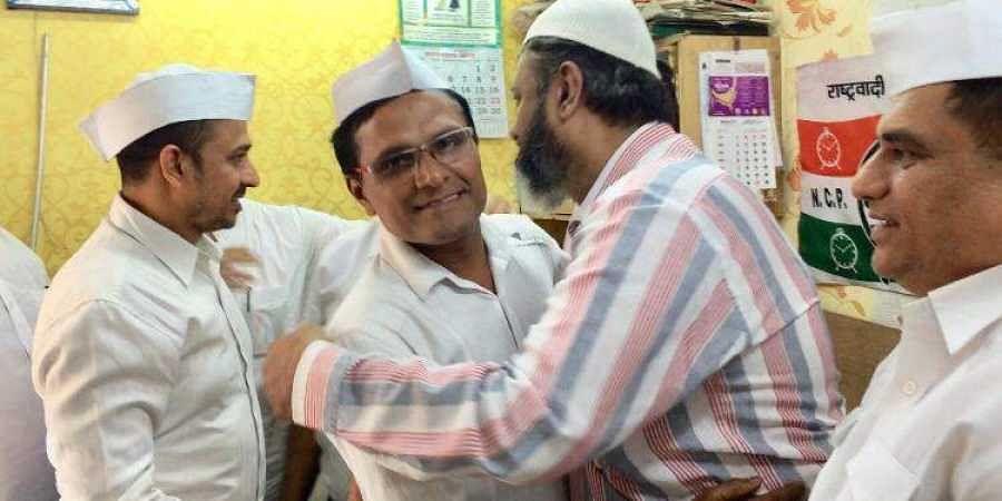 Members of Mumbai Dabbawala Association celebrating the SC verdict on Ram Janmabhoomi at Bhendi Bazar in South Mumbai. (Photo | Express)