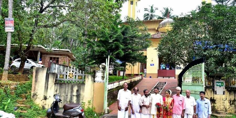 Prathyusha, the bride, visits Idivetty Jumamasjid Mahal Committee members after tying the knot.