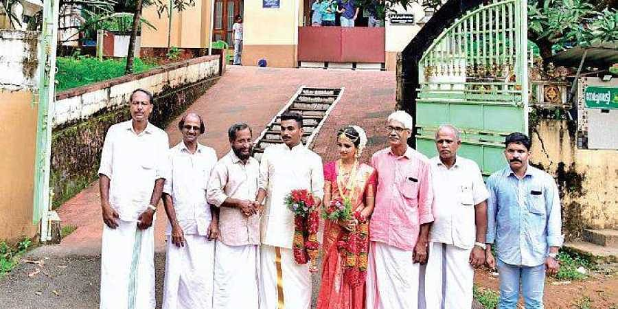 Prathyusha and her husband visit the mahal committee members of Idivetty Jumamasjid at Palery in Perambra after the marriage ceremony on Sunday.   (Photo   Amiya Meethal/ENS)
