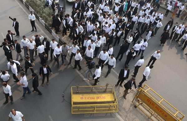 Delhi police vs advocates: Lawyers continue to boycott work indistrict courts