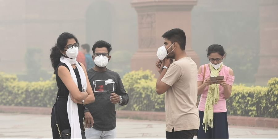 Peoples wear mask to protect themselves from pollution in New Delhi