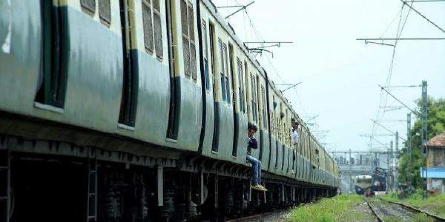 local train, EMU train, suburban train