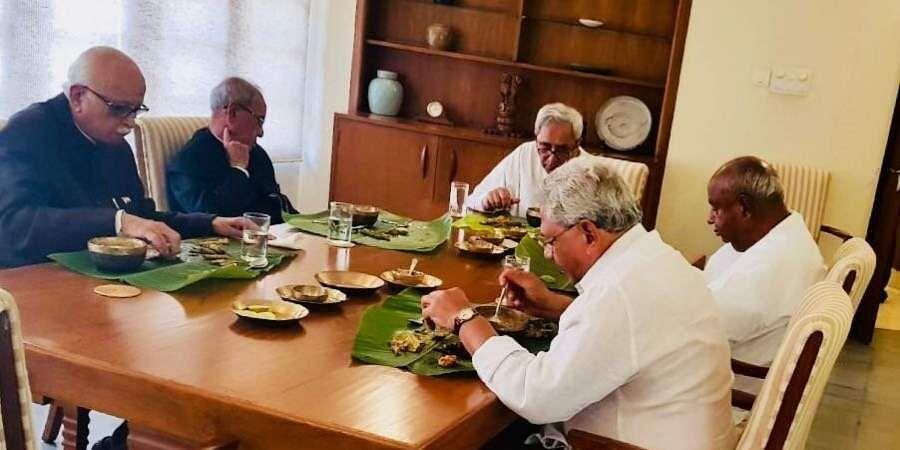 Odisha CM Naveen Pattnaik having pakhala at his residence with national leaders.