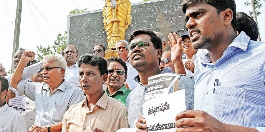 Members of various public associations stage a protest in Vijayawada seeking continuation of Telugu medium in schools. (Photo | EPS, Prasant Madugula)
