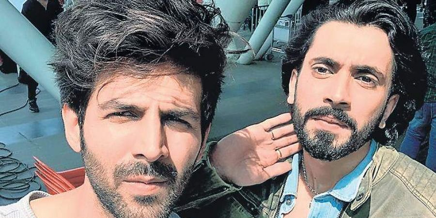 Actors Sunny Singh and Kartik Aaryan pose for a selfie.