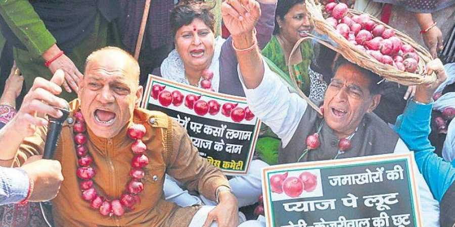 Delhi Congress leaders protest against rising onion prices