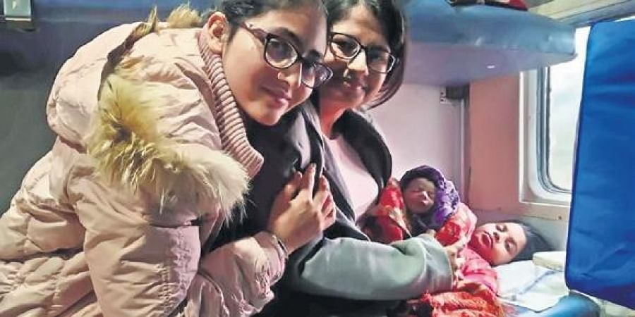 Captains  Amandeep and Lalitha with the newborn girl and her mother on board the Amritsar-Howrah Express.