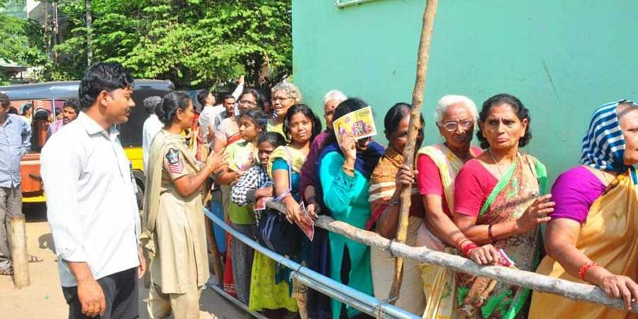 People standing in queues to buy onions. (Photo | G Satyanarayana)