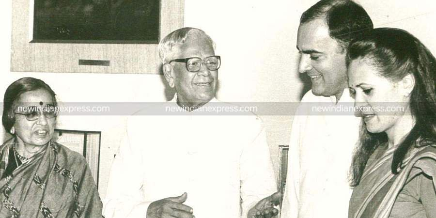 Former PM Rajiv Gandhi and his wife Sonia Gandhi meeting with K Venkataraman and his wife.