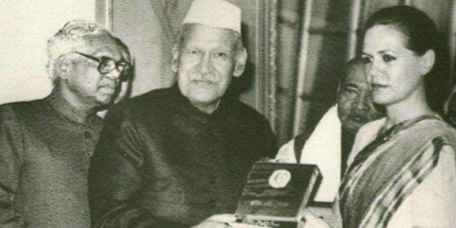 Then President SD Sharma presents the 1991 Indira Gandhi prize for peace disarmament and development to Sonia Gandhi, Congress President, who accepted it on behalf of the former PM Rajiv Gandhi.