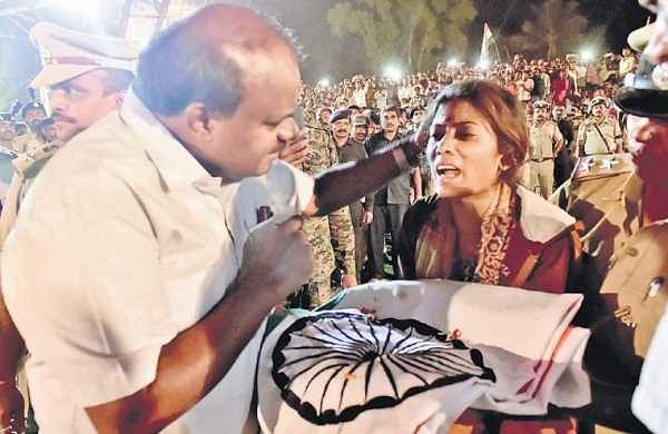 Chief Minister H D Kumaraswamy handing over the National Flag draped around the casket carrying martyr H Guru's body to his wife on Saturday |Udayshankar S