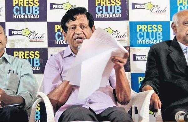 Former MP MV Mysura Reddy flanked by former Chief Secretary of AP Ajeya Kallam (L) and former judge of united AP High Court P Lakshmana Reddy at a press conference in Hyderabad on Saturday. | (S Senbagapandiyan | EPS)