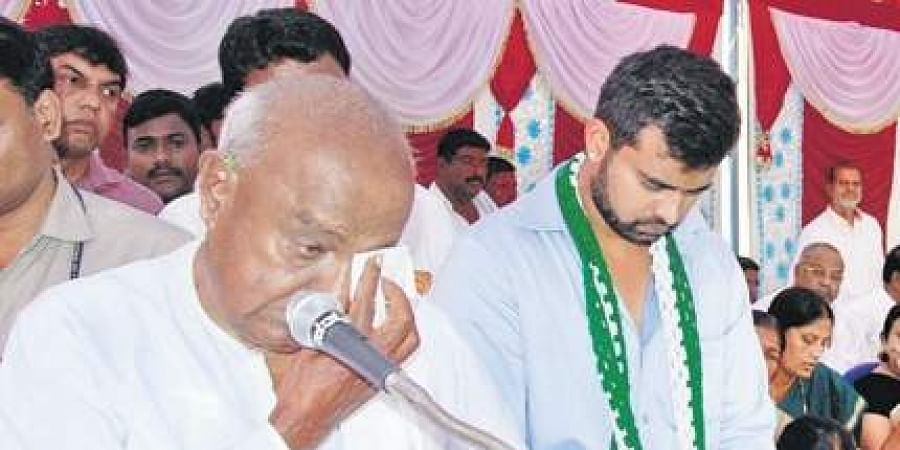 Ex-PM Deve Gowda breaks down while addressing a gathering at Mudalahippe on Wednesday.