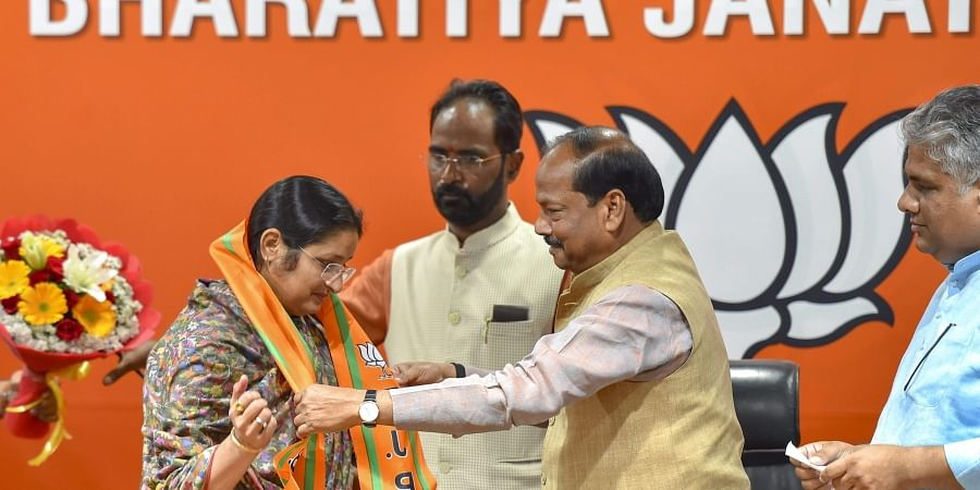 Annapurna Devi being felicitated by Jharkhand Chief minister Raghubar Das as she joins BJP at party headquarters in New Delhi. (Photo | PTI)