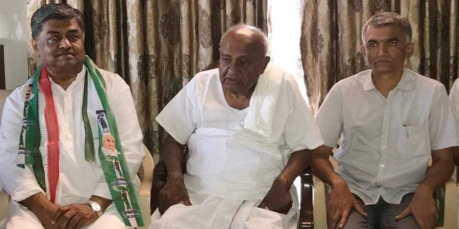 Congress candidate from Bangalore North Krishna Byre Gowda and other Congress members met JD(S) supremo H D Deve Gowda in Bengaluru on Tuesday
