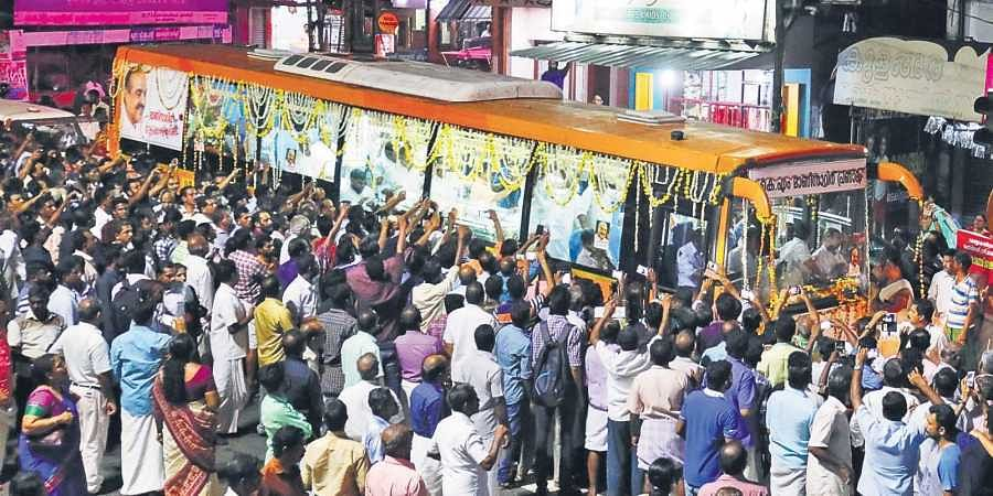 The motorcade carrying the mortal remains of Kerala Congress (M) leader K M Mani at Kuruppanthara in Kottayam on Wednesday night