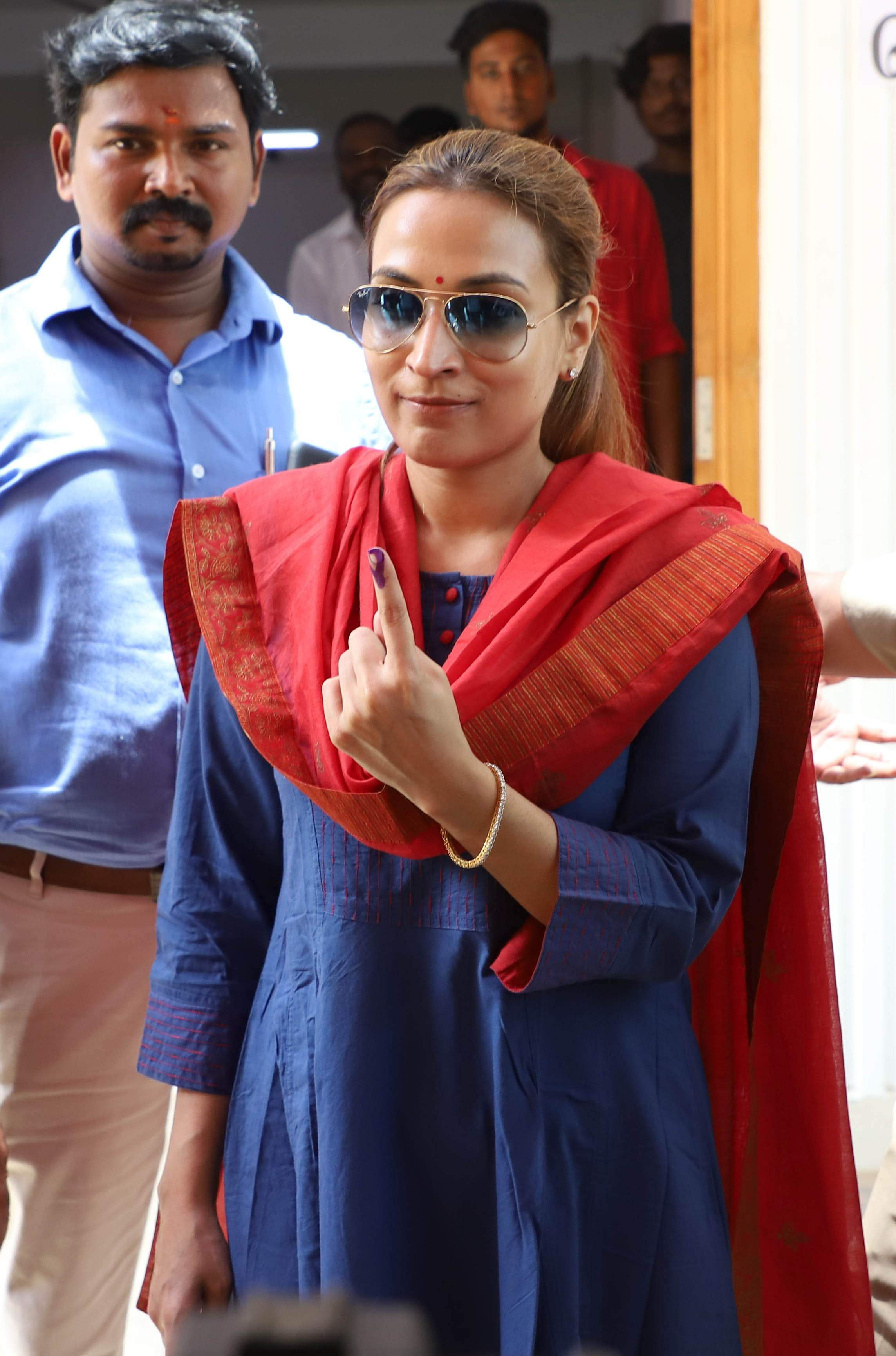 Director Aishwarya Dhanush shows her inked finger. (Photo | EPS)