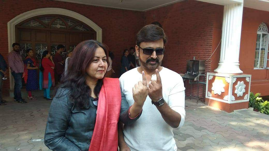 Actor-director Ramesh Arvind with his wife Archana in Bengaluru after voting. (Photo | EPS)