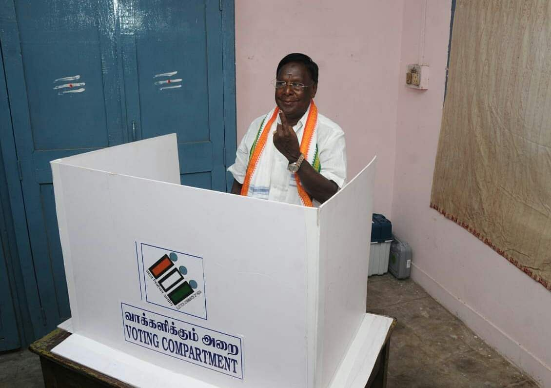 Puducherry Chief Minister V Narayanasamy casting his vote. (Photo | EPS)