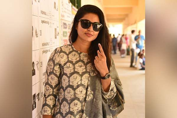 Actress Sneha cast her vote at Hindi Prachar Sabha in T Nagar, Chennai. (Photo | EPS)
