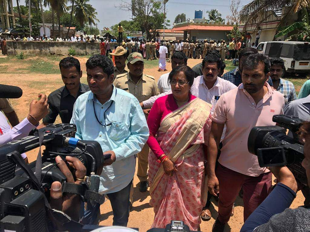 Mandya Independent candidate Sumalatha Ambareesh casts her vote in Bengaluru. (Photo | EPS)