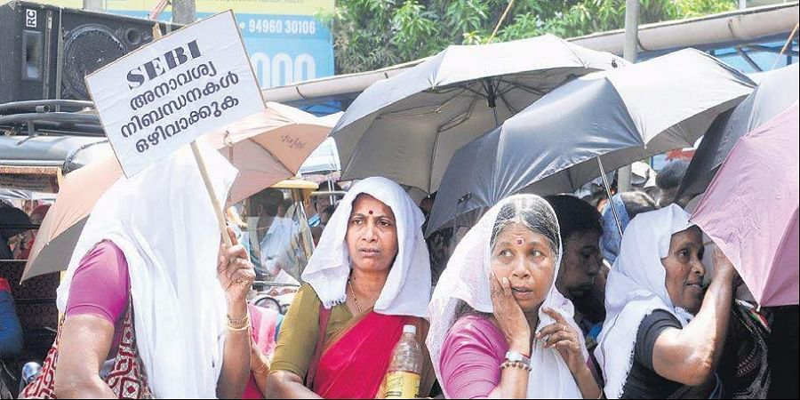 Field workers state samara samithi members brave the heat at the dharna in front of Sebi office at Kaloor on Tuesday