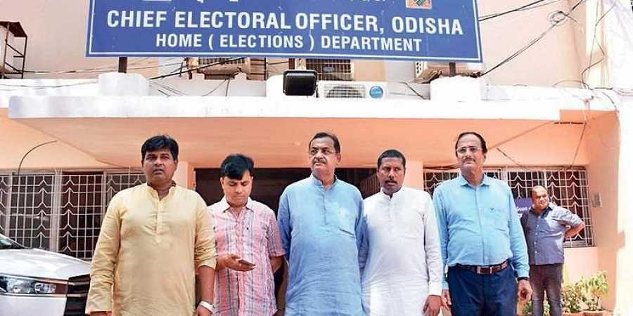 BJP delegtaion outside the CEO office in Bhubaneswar on Monday