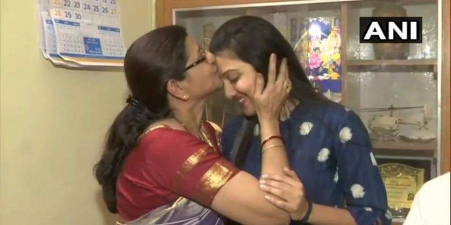 UPSC 2019 exam women topper Srushti Deshmukh with her mother in Bhopal. (Photo | ANI)
