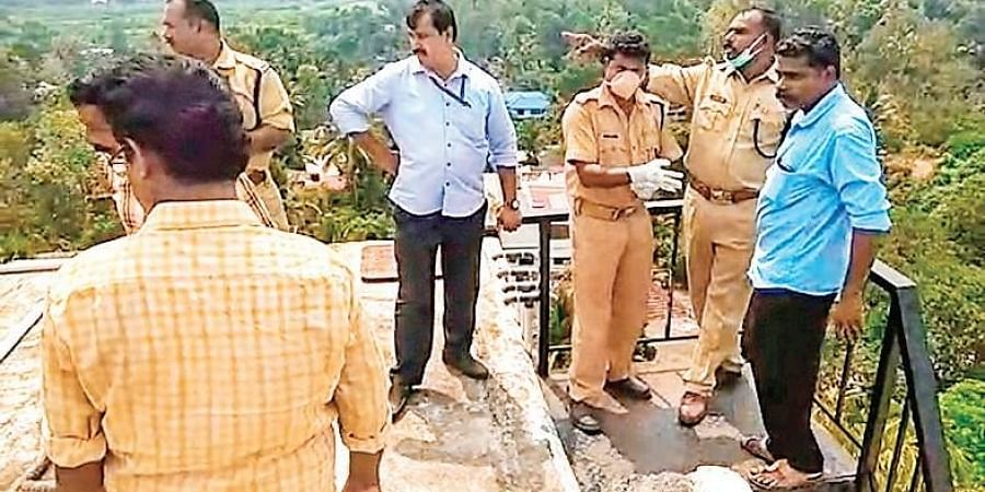 Police officers inspecting the water tank on the premises of the KSRTC terminal in Tiruvalla, where the body was found