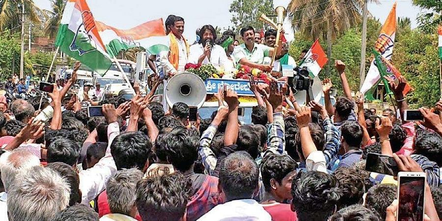 Actor Yash addressing Congress-JD(S) workers during a road show in Algur in Mandya Lok sabha constituency