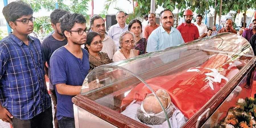 Family members paying tribute to former Finance Minister V Viswanatha Menon when the mortal remains were placed in Kochi on Friday | A Sanesh