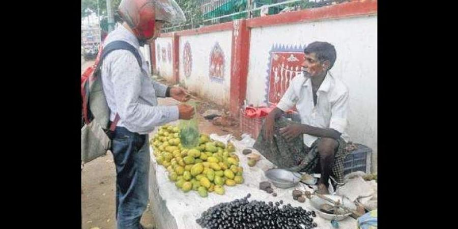 A vendor selling 'jamun' at Dhenkanal town.