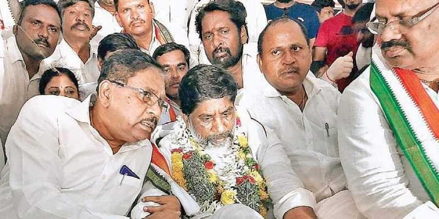 Karnataka Deputy CM G Parameshwara speaks to Congress leader Mallu Bhatti Vikramarka on Sunday.