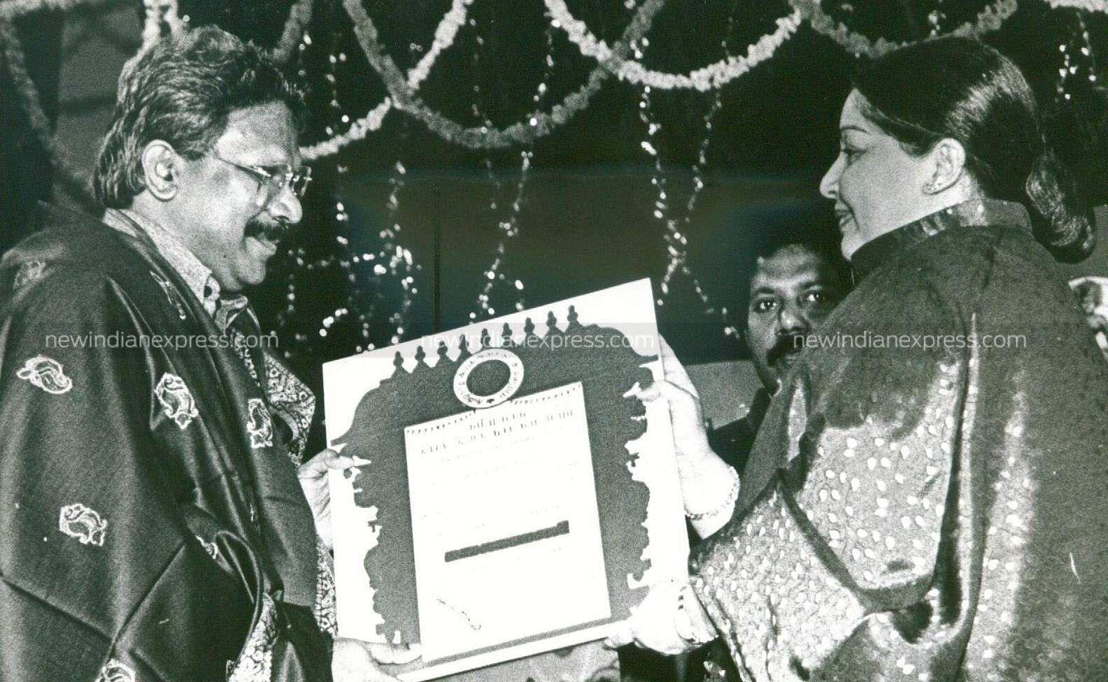 Then Tamil Nadu CM Jayalalithaa awarding Mani Ratnam with the 'Kalaimamamni' award.