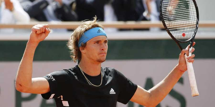 Federer advances; Zverev upset in Halle quarters