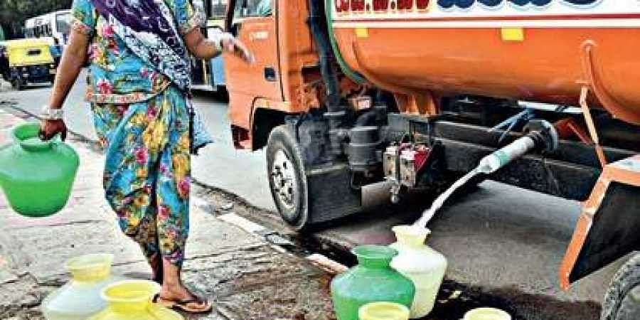 Bengaluru woman collect water from water tanker.