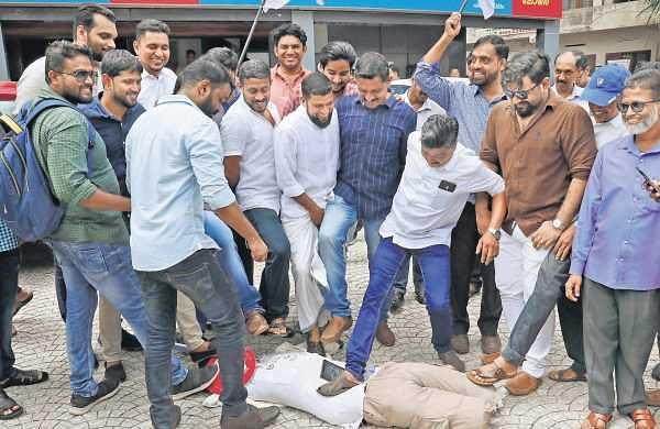 Kerala Hotel & Restaurant Association members staging a protest in front of the OYO office at Edappally in Kochi on Wednesday | ARUN ANGELA