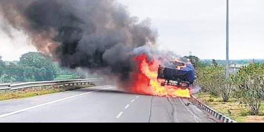 The car they were travelling in reportedly rammed a divider and then went on to hit a lorry carrying fertilisers.
