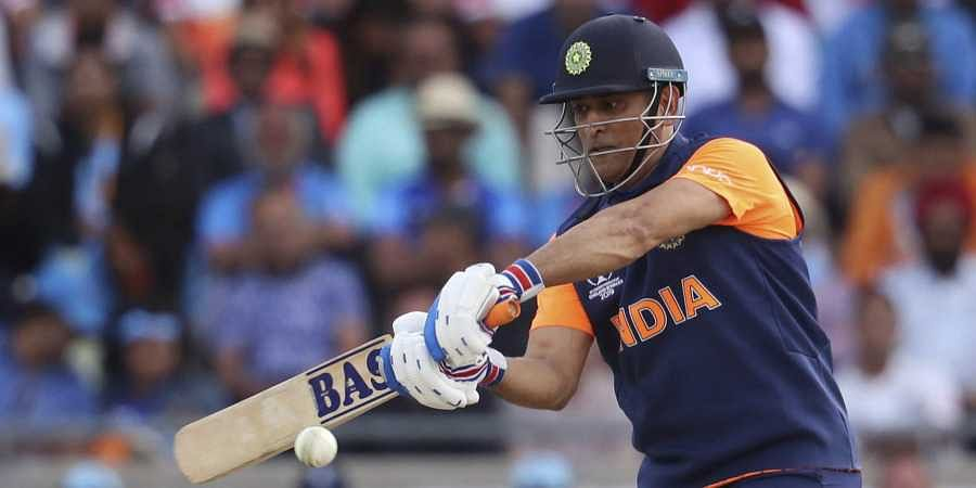 MS Dhoni Spitting Blood During Match Has Got Fans Lauding His Dedication!