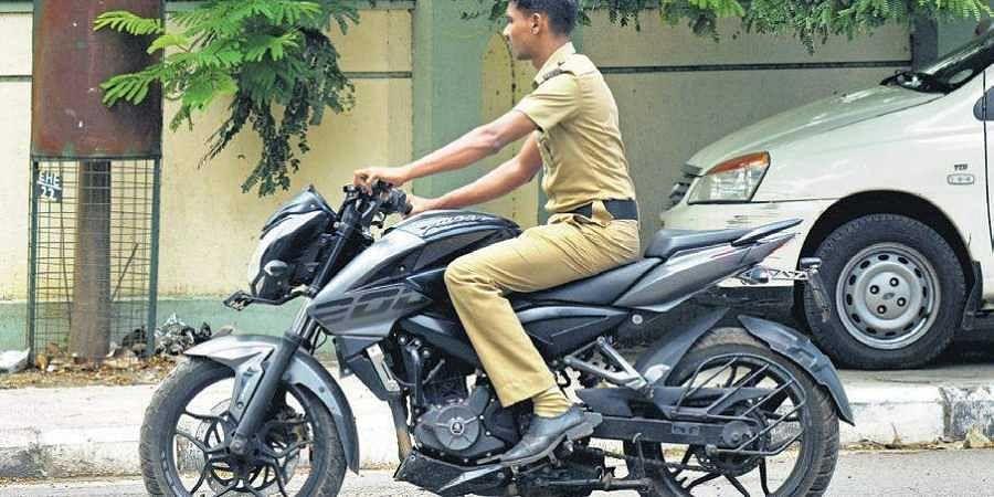 Helmetless cop