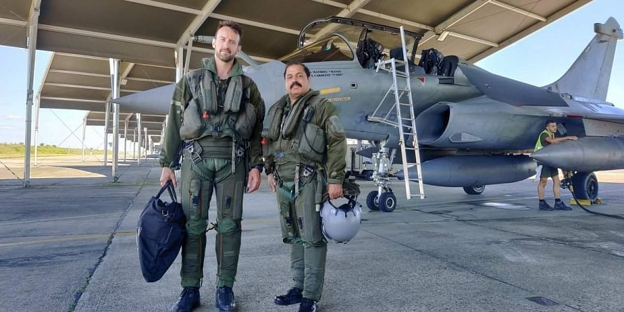 The VCAS Air Marshal RKS Bhadauria flew in #Rafale aircraft with Colonel Antoine Courty, CO RC 2/30 Squadron.